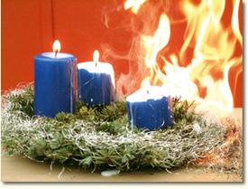 Ein brennender Weihnachtskranz